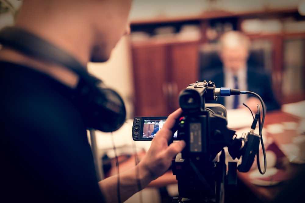 گزارشگر,خبرنگار,مصاحبه شونده,دوربین,فیلمبرداری,گفتگو,تولید برنامه,استودیو